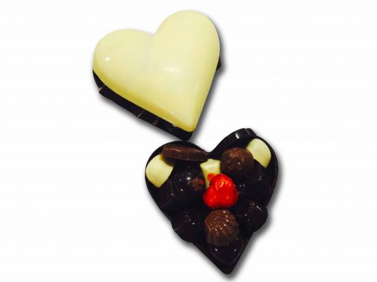 Corazón de chocolate blanco./ surtido de bombones